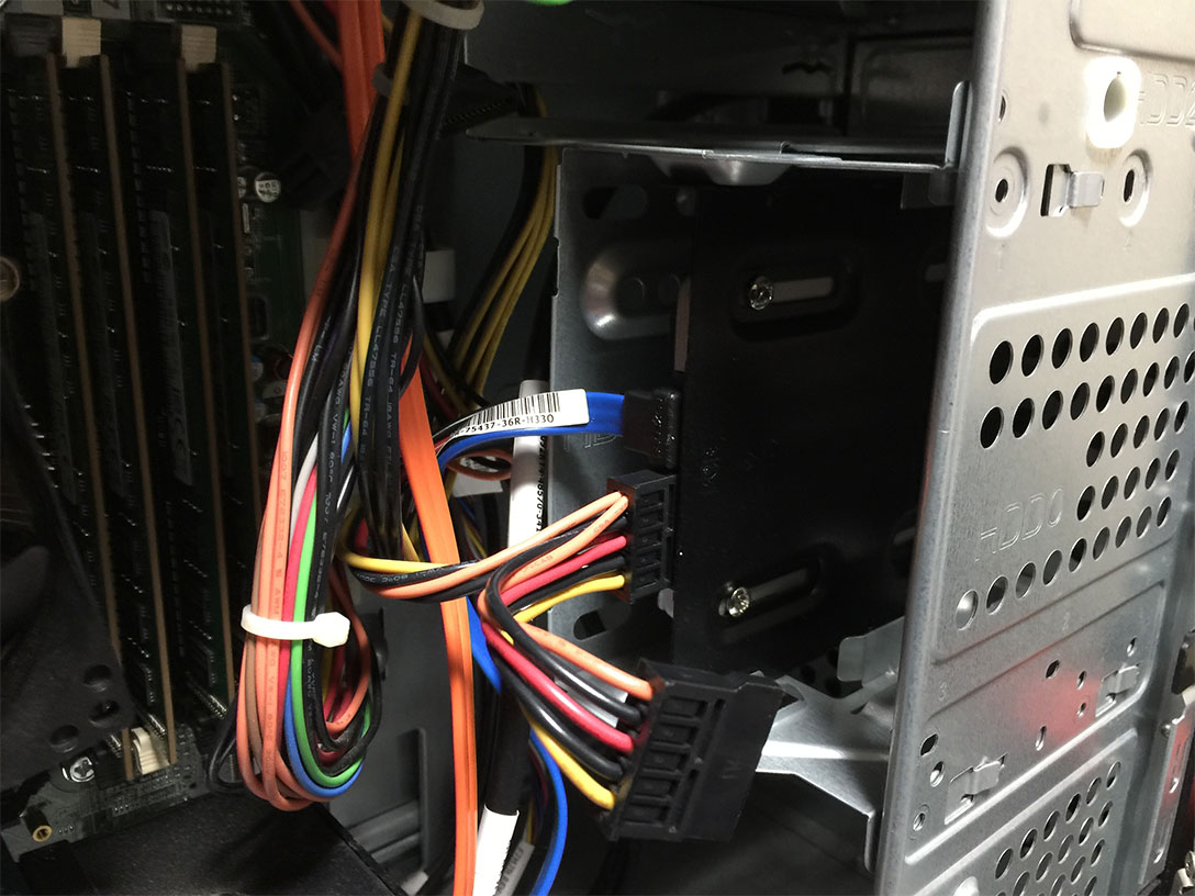 電源ケーブルをSSDに繋げます。