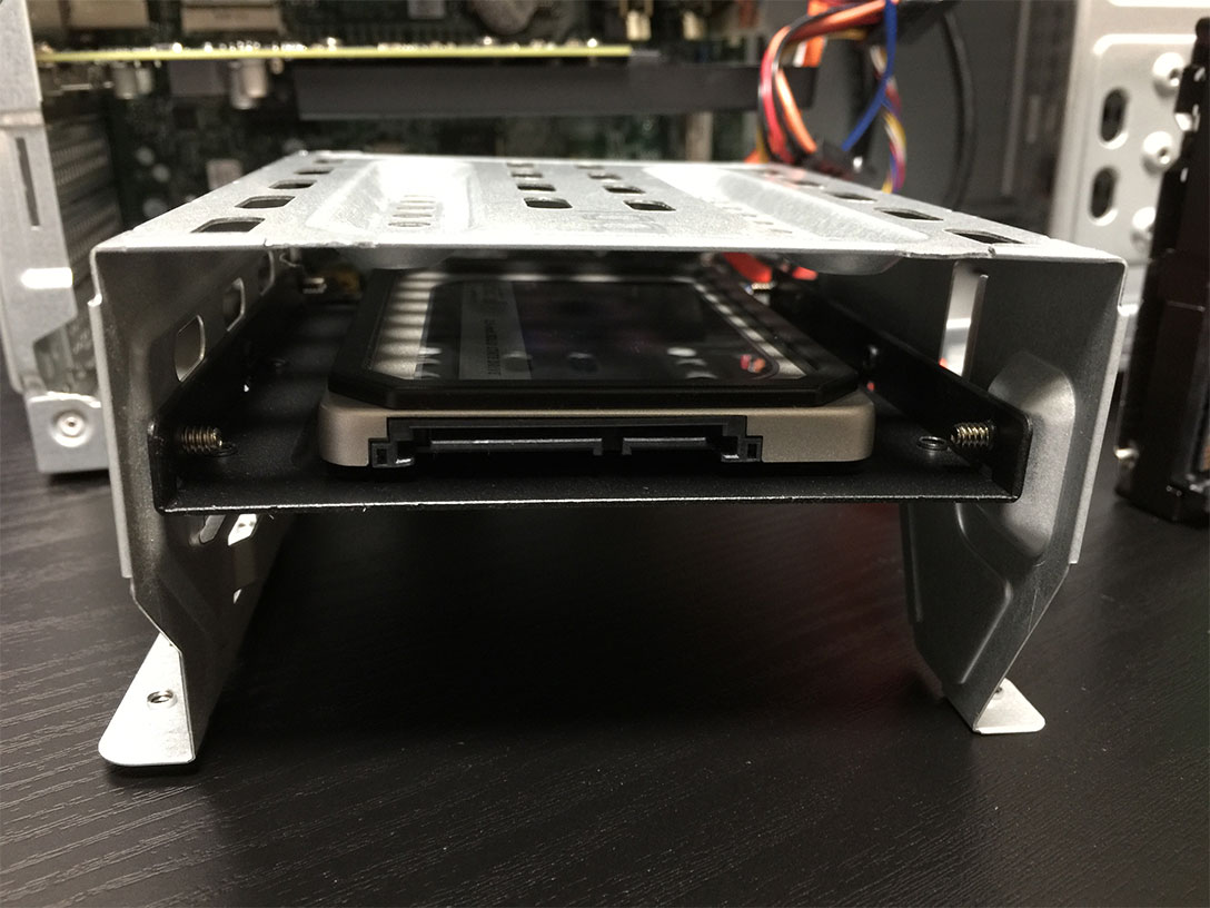 マウンタを使ってSSDをシャドウベイに固定