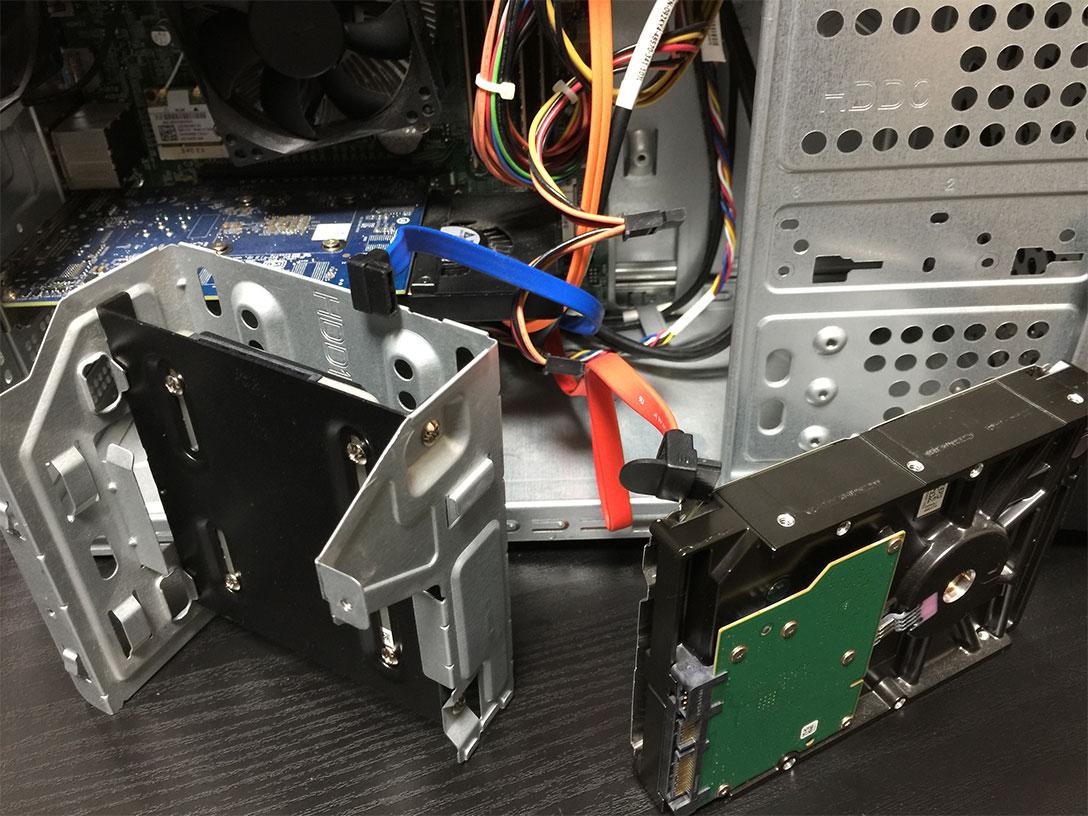 今回は青のSATAケーブルをSSD、赤(オレンジっぽいですね)のSATAケーブルをHDDに繋げます。