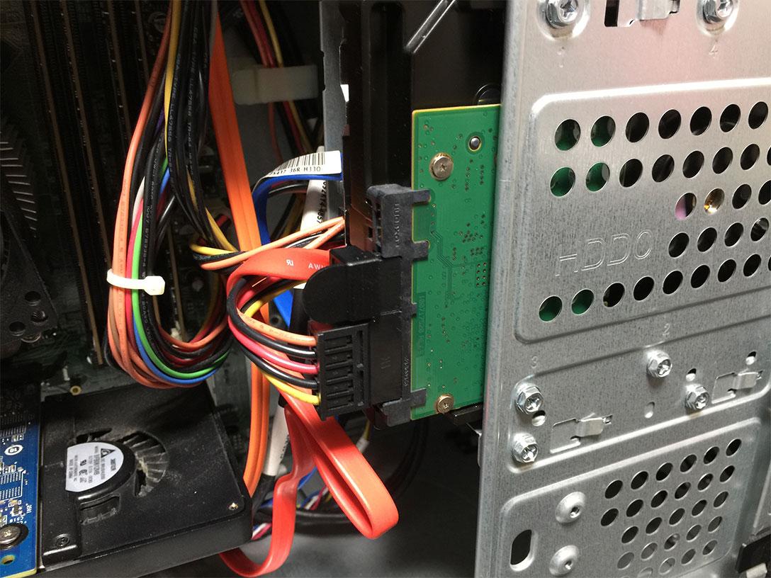ネジを取り付けて本体とHDDを固定した後、電源ケーブルをHDDに繋いだ状態