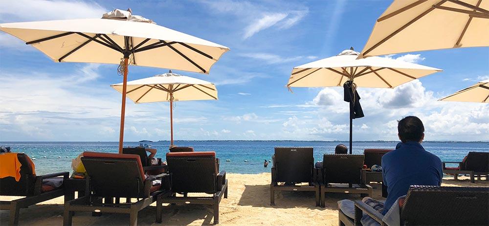 プライベートビーチのビーチベッドから。