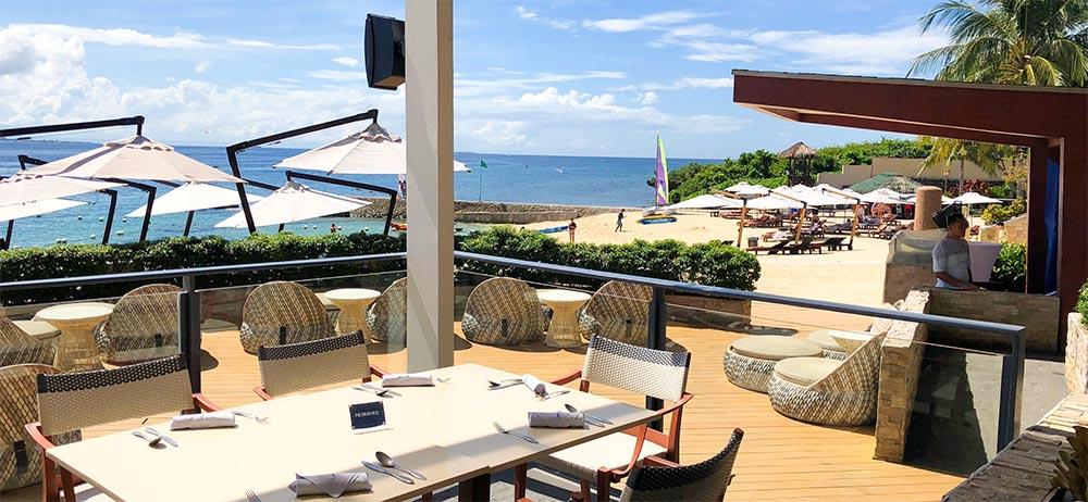 アズールレストランの中からプライベートビーチ側の眺め。