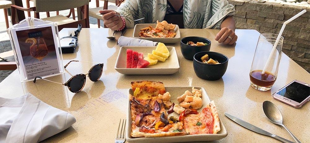 食事はバイキングでピザやフルーツ、サラダなど様々な種類を楽しめます。