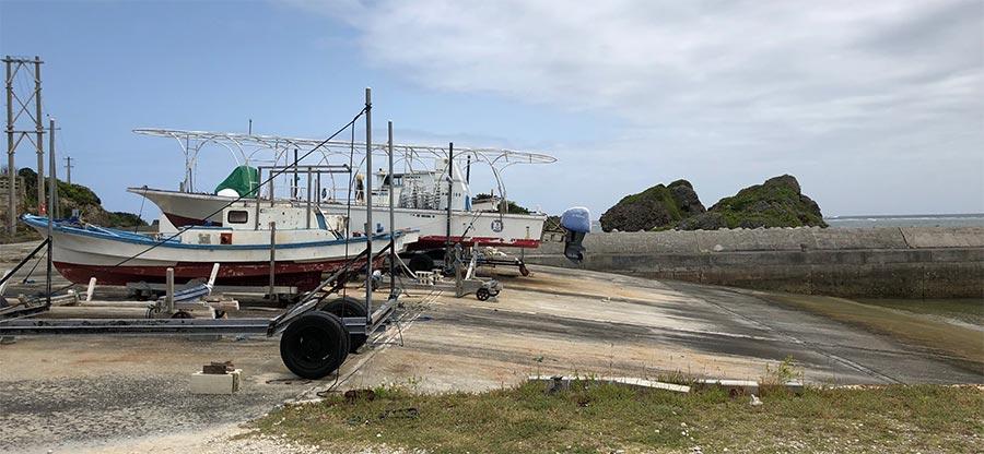 大神島の港に陸上げされてる船